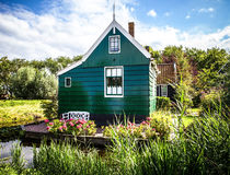 ZAANDAM, PAÍSES BAJOS - 14 DE AGOSTO DE 2016: Primer holandés residencial tradicional de los edificios Opinión general del paisaj Fotografía de archivo libre de regalías