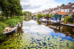ZAANDAM, PAÍSES BAJOS - 14 DE AGOSTO DE 2016: Primer holandés residencial tradicional de los edificios Opinión general del paisaj Imagen de archivo libre de regalías