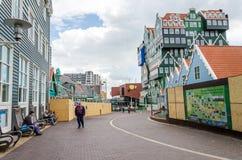 Zaandam, Países Bajos - 5 de mayo de 2015: Paseo de la gente en un peatón Imagenes de archivo