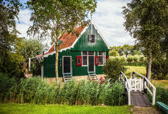 ZAANDAM, PAESI BASSI - 14 AGOSTO 2016: Primo piano olandese residenziale tradizionale delle costruzioni Vista generale del paesag Immagine Stock