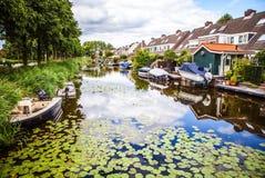 ZAANDAM, PAESI BASSI - 14 AGOSTO 2016: Primo piano olandese residenziale tradizionale delle costruzioni Vista generale del paesag Immagine Stock Libera da Diritti