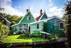 ZAANDAM, PAYS-BAS - 14 AOÛT 2016 : Bâtiments néerlandais résidentiels traditionnels en gros plan Vue générale de paysage de ville Photos stock