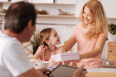 Zaangażowany dorośleć mężczyzna cieszy się weekend z rodziną indoors Zdjęcia Stock