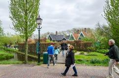 Zaanse Schans,荷兰- 2015年5月5日:游人在Zaanse Schans参观农村房子 免版税图库摄影