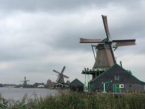 Zaanse Schans Holland Windmills un giorno grigio Fotografie Stock Libere da Diritti