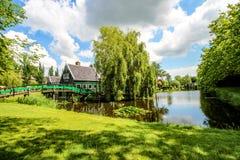 Zaanse Schans, Nederländerna - Juli 10, 2016: Lantligt holländskt landskap med vattenkanaler i den Zaanse Schans byn som är bekan fotografering för bildbyråer