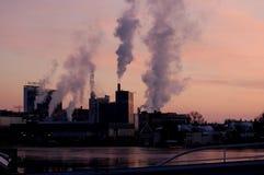 ZAANSE SCHANS, NEDERLÄNDERNA - luftförorening på fabriken Arkivfoton