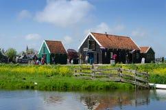 Zaanse Schans, Nederländerna - Maj 5, 2015: Turister besöker det lantliga huset i Zaanse Schans Royaltyfri Fotografi