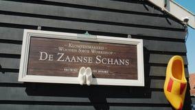 Zaanse Schans, Nederländerna, Maj 2018: Utställningen av den handgjorda skomanufactoryen i Zaans Hans Skodon som göras av trä - arkivbilder