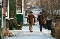 ZAANSE SCHANS, NEDERLÄNDERNA - mannen och kvinnan promenerar vägen Fotografering för Bildbyråer