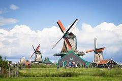 ZAANSE SCHANS, NETHRLANDS - 24 AUGUSTUS, 2014: Aard en windmolen Stock Afbeelding