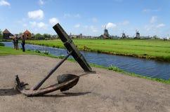 Zaanse Schans, Países Baixos - 5 de maio de 2015: Moinhos de vento da visita dos turistas e casa rural em Zaanse Schans Fotos de Stock Royalty Free