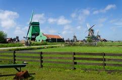 Zaanse Schans, Países Baixos - 5 de maio de 2015: Moinhos de vento da visita dos turistas e casa rural em Zaanse Schans Imagens de Stock Royalty Free