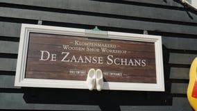 Zaanse Schans, Pa?ses Bajos, mayo de 2018: La exposici?n de la manufactura hecha a mano del zapato en Zaans Hans Calzado hecho de almacen de video