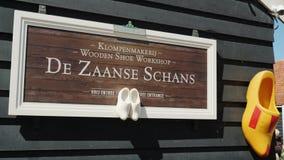 Zaanse Schans, Pa?ses Bajos, mayo de 2018: La exposici?n de la manufactura hecha a mano del zapato en Zaans Hans Calzado hecho de almacen de metraje de vídeo