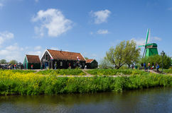 Zaanse Schans, Paesi Bassi - 5 maggio 2015: Mulini a vento turistici di visita e case rurali in Zaanse Schans Fotografie Stock Libere da Diritti