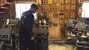 Zaanse Schans/Paesi Bassi - 25 marzo 2018: Gruppo di lavoro di legno della scarpa di Kooijman archivi video