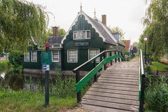 Zaansen Schans med dess väderkvarnar, typisk grönt trähus arkivfoto