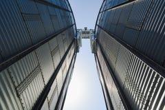 Zaawansowany technicznie szkło i betonowi budynki nowożytna roślina dla upraw magazynu i przerobu Duzi świrony w pogodnym letnim  fotografia stock
