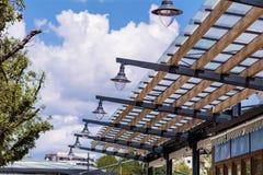 Zaawansowany technicznie szklana fasada z latarniami ulicznymi Obrazy Royalty Free