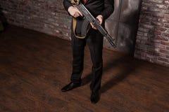 Zabójca trzyma maszynowego pistolet w kostiumu i czerwonym krawacie Zdjęcia Royalty Free