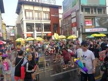 Zabawę przy wodnym festiwalem w Chiang Mai obrazy royalty free