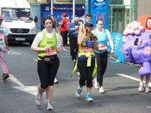 Zabawa biegacze Przy Londyńskim maratonem 22th 2012 Kwiecień Zdjęcie Stock
