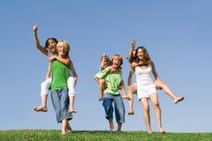 zabawa dzieci na barana wyścig Zdjęcia Stock