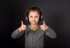 Zabawa dzieciaka emocjonalna grimacing dziewczyna słucha muzykę w radiu Obraz Stock