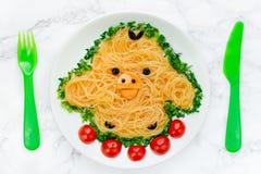 Zabawa karmowy pomysł dla dzieciaków - ślicznego żółtego kurczaka ryżowi kluski fotografia stock