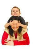 zabawa ma matka wypiętrzającego syna Zdjęcie Royalty Free