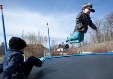 Zabawa na trampolina Obrazy Royalty Free