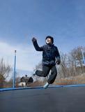 Zabawa na trampoline przy wiosną Obrazy Royalty Free
