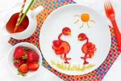 Zabawa pomysł dla jagodowego deseru dla dzieciak truskawki flaminga zdjęcia stock