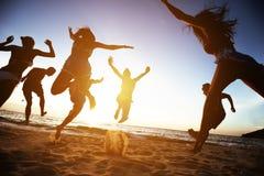 Zabawa przyjaciół wakacji plażowy pojęcie fotografia royalty free