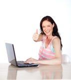 zabawa szczęśliwa mieć w górę kobiety laptopu kciuk Zdjęcia Royalty Free