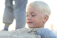 Zabawa w piasku na plaży zdjęcie royalty free