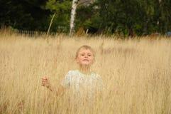 Zabawa w przegiętej trawie Fotografia Royalty Free