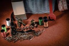 Zabawka żołnierz i Szyć narzędzia w Makro- obrazy royalty free