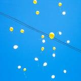 Zabawka balonów pławik w niebieskim niebie Obraz Stock