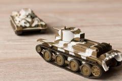 Zabawka modele Radzieccy zbiorniki na drewnianym stole fotografia stock