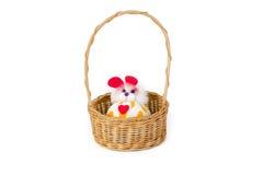 Zabawka przetwarza od łachmanu wewnątrz wyplata łozinowego kosz odizolowywającego na białych półdupkach Zdjęcia Royalty Free