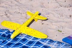 Zabawka samolot na piasku Wakacje i wakacje obraz stock