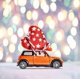 Zabawkarscy samochodowi dostarcza serca dla walentynki ` s dnia przeciw tłu kolorowy bokeh Zdjęcie Royalty Free