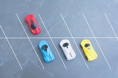 Zabawkarscy samochody parkuje w parking samochodowym na tle z odbitkową przestrzenią obraz royalty free