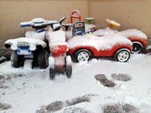 Zabawkarscy samochody pod śniegiem w marszu Zdjęcie Royalty Free