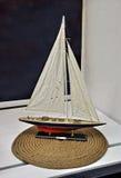 Zabawkarska żeglowanie łódź Obraz Royalty Free