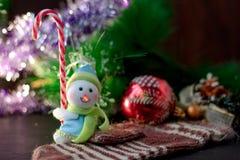 Zabawkarska bałwanu mienia bożych narodzeń cukierku trzcina w rękach Zdjęcia Royalty Free