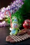 Zabawkarska bałwanu mienia bożych narodzeń cukierku trzcina w rękach Obraz Stock