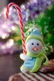 Zabawkarska bałwanu mienia bożych narodzeń cukierku trzcina w rękach Fotografia Royalty Free